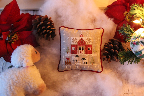 cross stitch Farmhouse Christmas Little Red Barn met Texels schaapje