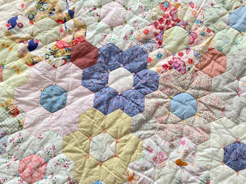 Detail van bloemen in de Grote patchwork bloemenquilt