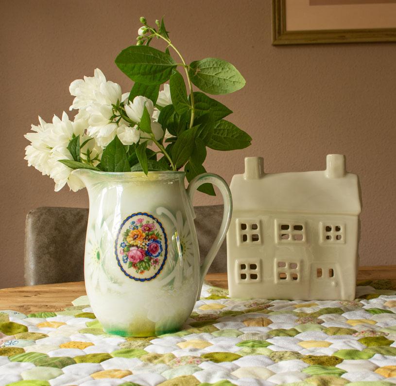 Minimalisme: bloeiende Jasmijn en een wit keramieken huis