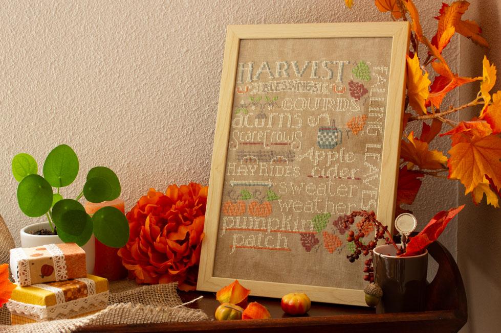 Herfstdecoraties: in de keuken op een dienblad staat het ook mooi