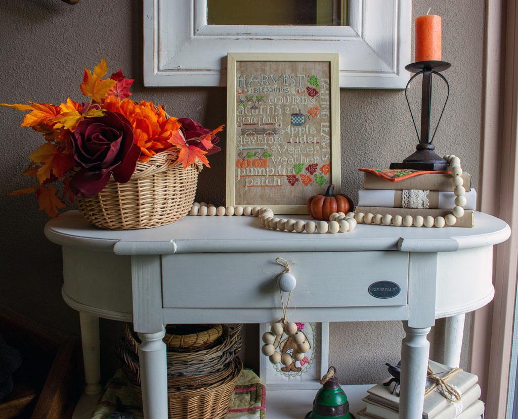 Herfstdecoraties in de hal met wit, warm oranje en hout