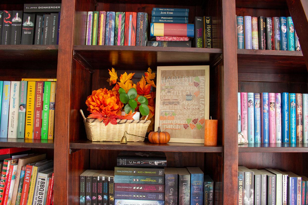 Ook in de boekenkast kun je met herfstdecoraties werken